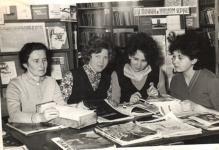 Зав. библиотекой Ц. З Федорова с сотрудниками  начало 70-х г.